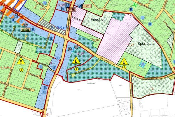 Beispiel Wahnbek: In den grünen Flächen  soll maximal ein Vollgeschoss erlaubt sein, in den blauen Flächen wären es maximal zwei Vollgeschosse. Rosa schraffiert sind hier die Flächen von Schule, Kita und Kirche.