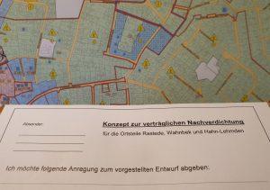Im zweiten Obergeschoss des Rasteder Rathauses hängen Informationen zum Nachverdichtungskonzept aus und es liegen Zettel für Stellungnahmen bereit.