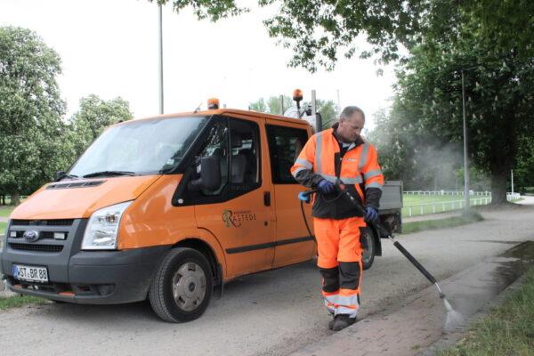 Bauhof testet Heißwasserverfahren zur Wildkrautbekämpfung