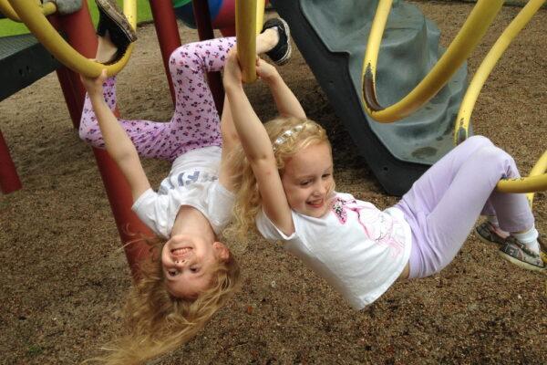 Kinder spielen auf Spielplatz